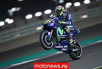 Мотоциклы и гонщики на практике MotoGP в Катаре