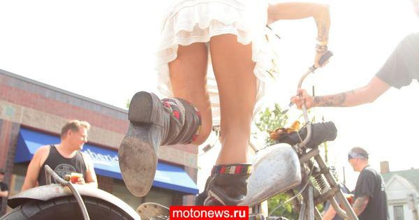 Женщины на мотоциклах готовятся к встрече