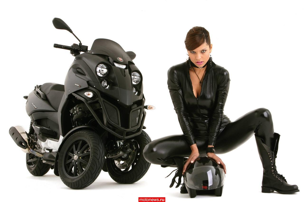 девушка в черном комбинезоне на скутере квадрацикле