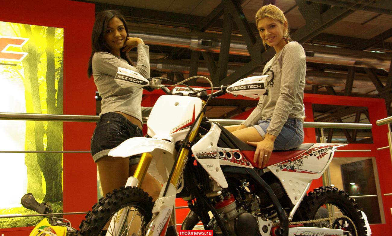 Девушек миланского мотосалона EICMA 2009, который открылся сегодня